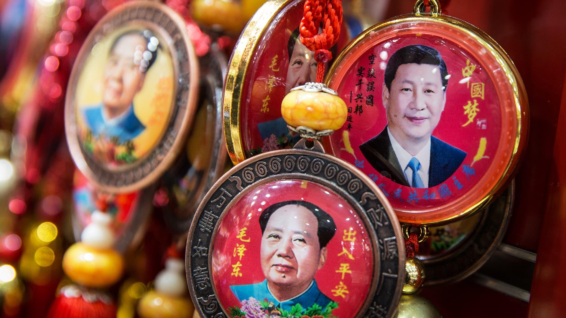 Matkamuistoja Xi Jinpingin ja Mao Zedongin kuvilla myynnissä Pekingissä.