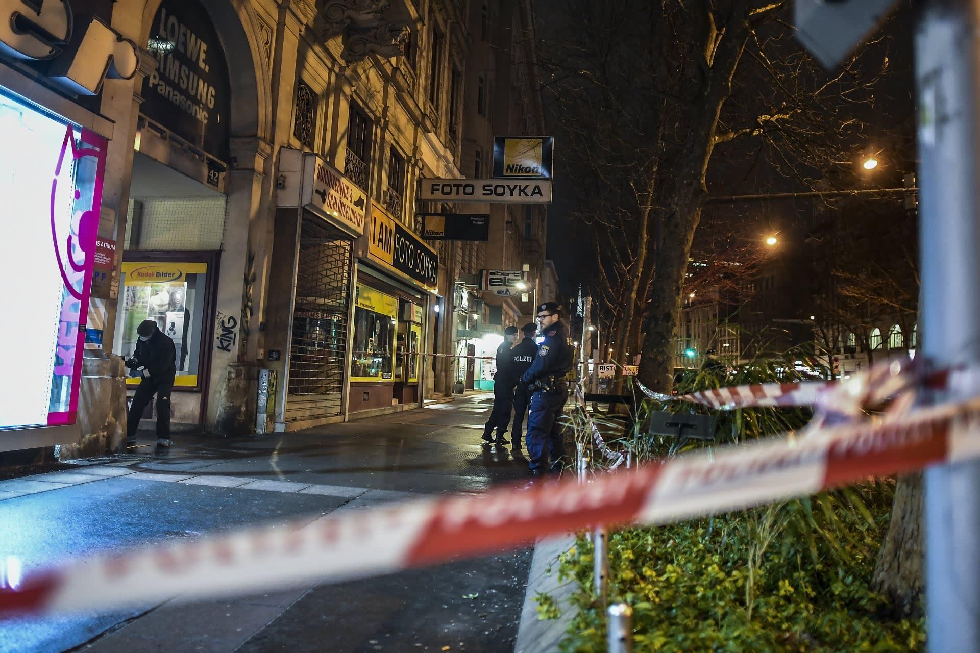 Poliisit tutkivat veitsihyökkäystä Wienissä 8. maaliskuuta.