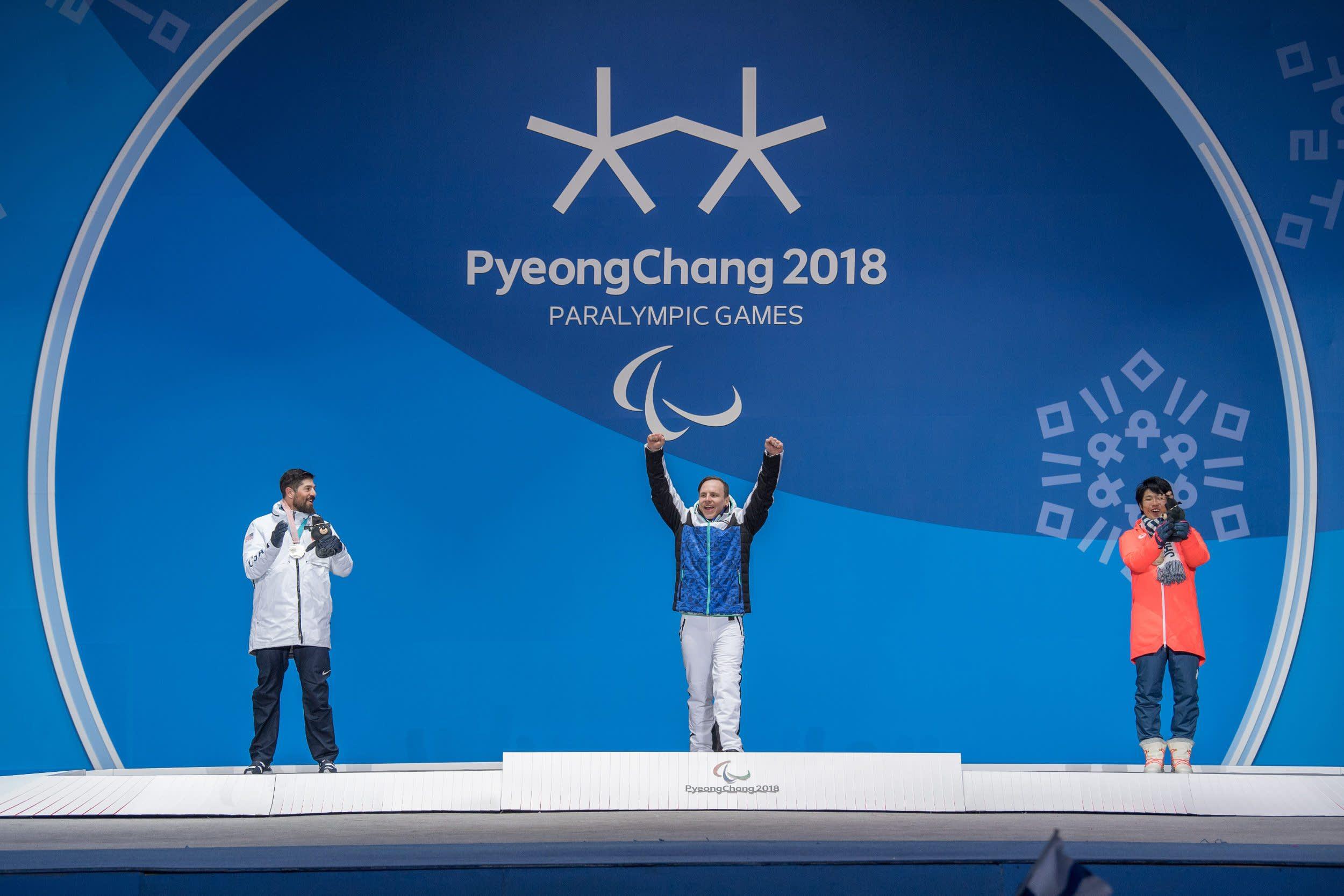 Yhdysvaltojen Keith Gabel (vas.), Matti Sur-Hamari ja Japanin Gurimu Narita palkintojenjaossa.