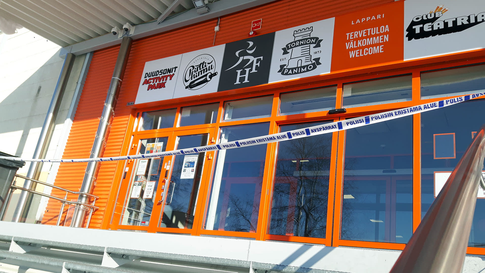 Tornion Duudsoni-elämyspuiston sisäänkäynti on suljettu poliisin eristysnauhalla.