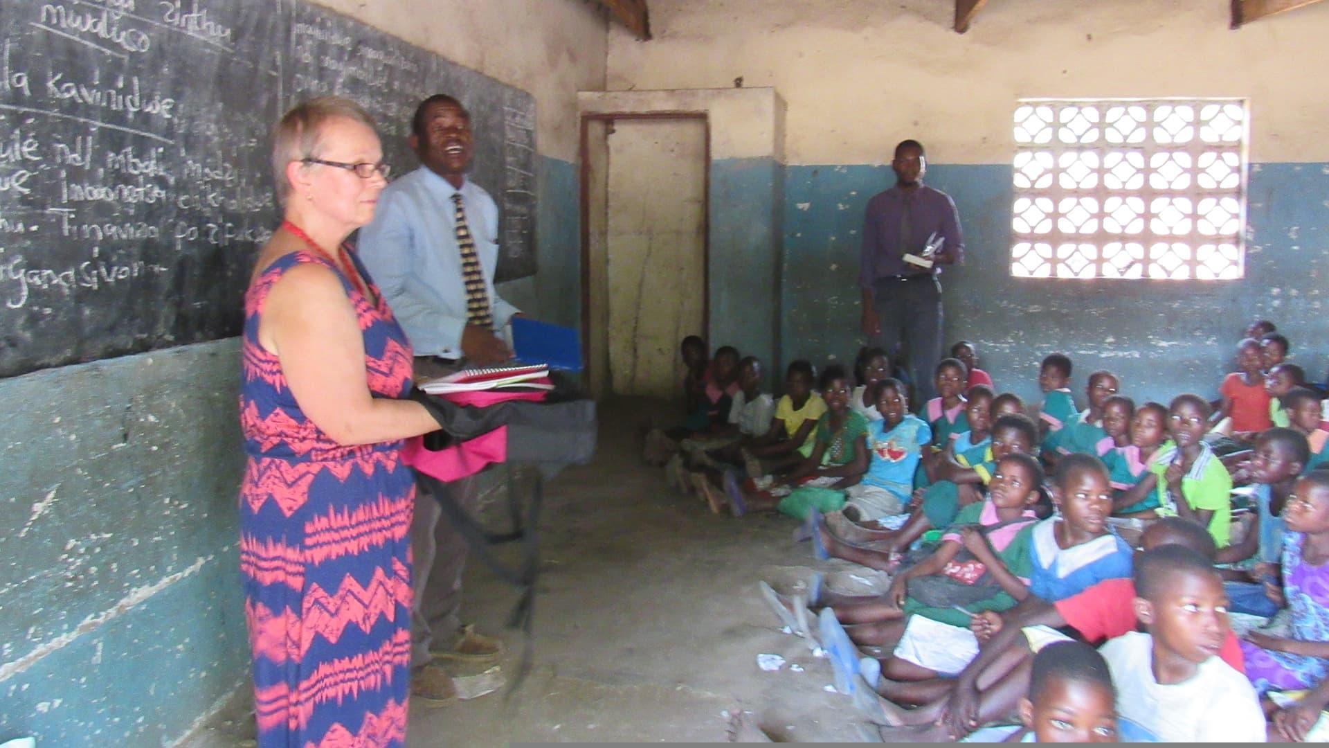 Kajaanilainen Pirkko Carpenter on tutustumassa afrikkalaiseen koululuokkaan Malawissa.