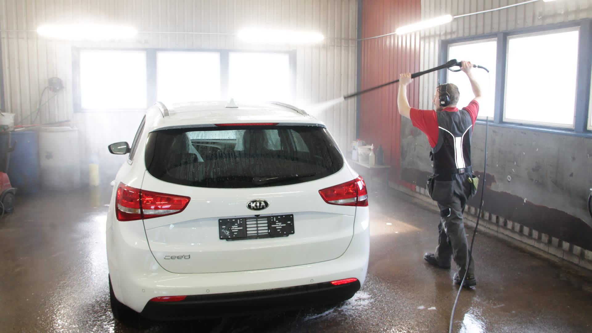 Autoa puhdistetaan painepesurilla.
