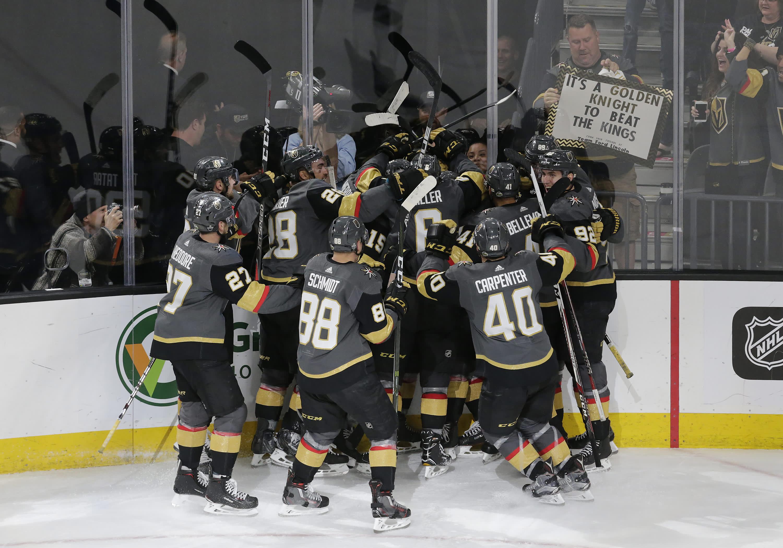 Vegas Golden Knightsin joukkue juhlii Erik Haulan voittomaalia.