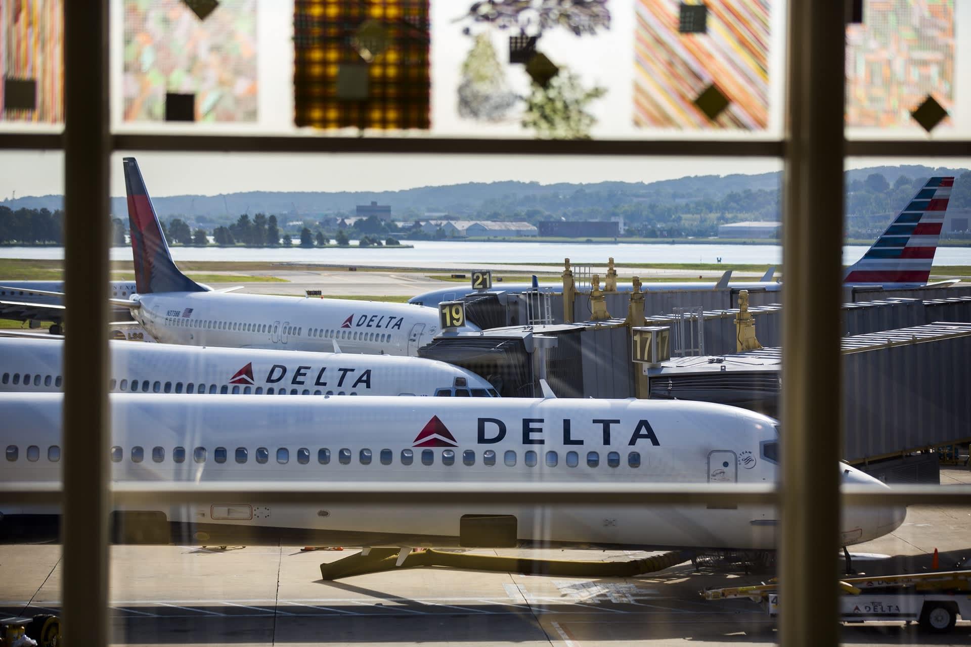 Delta Air Lines -yhtiön koneita Ronald Reaganin kansallisella lentokentällä Washingtonissa elokuussa 2016.