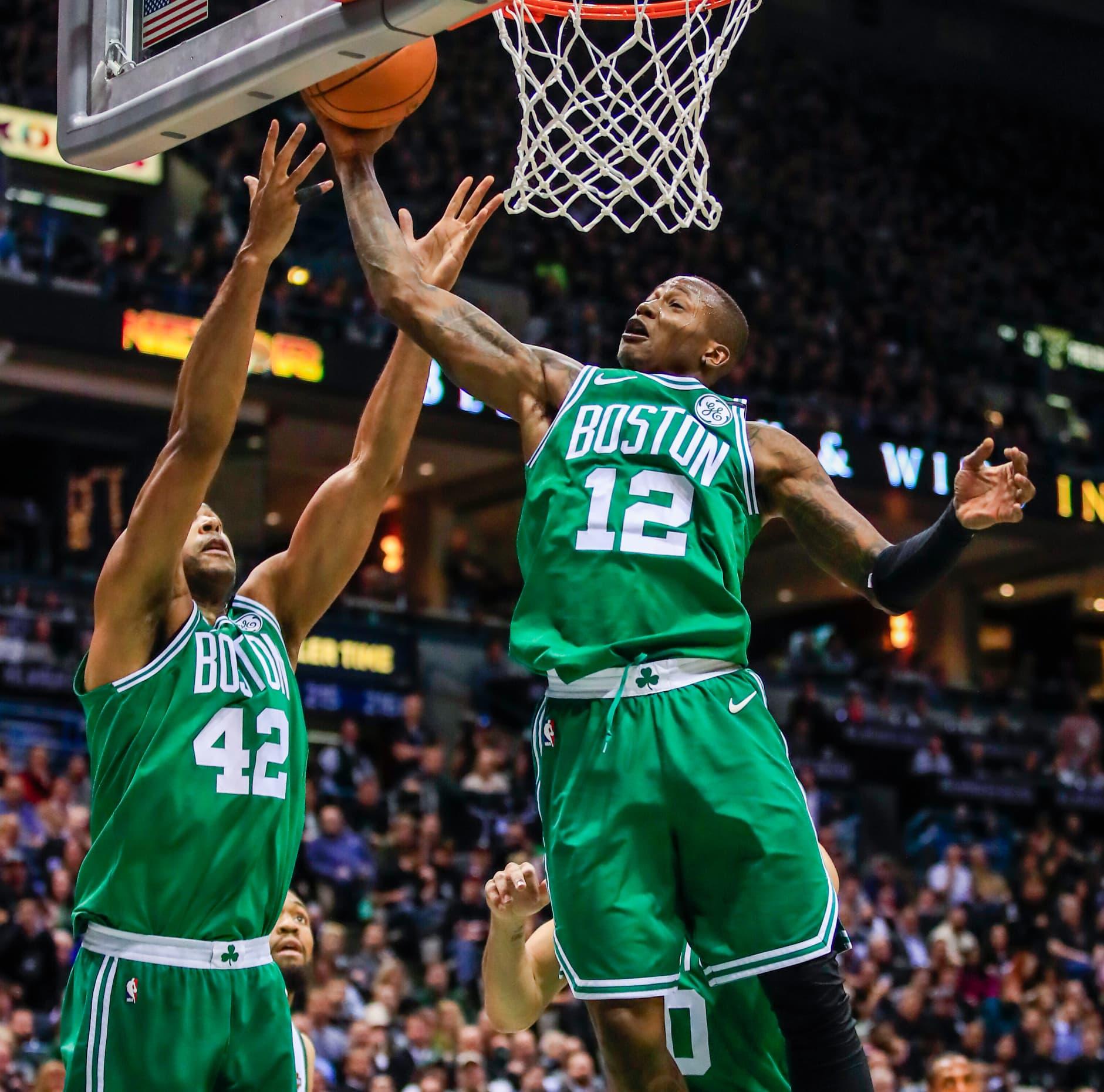 Boston Celticsin Terry Rozier ja Al Horford korin alla.