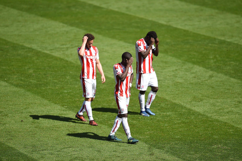 Stoken pelaajia pettyneinä ottelun jälkeen.