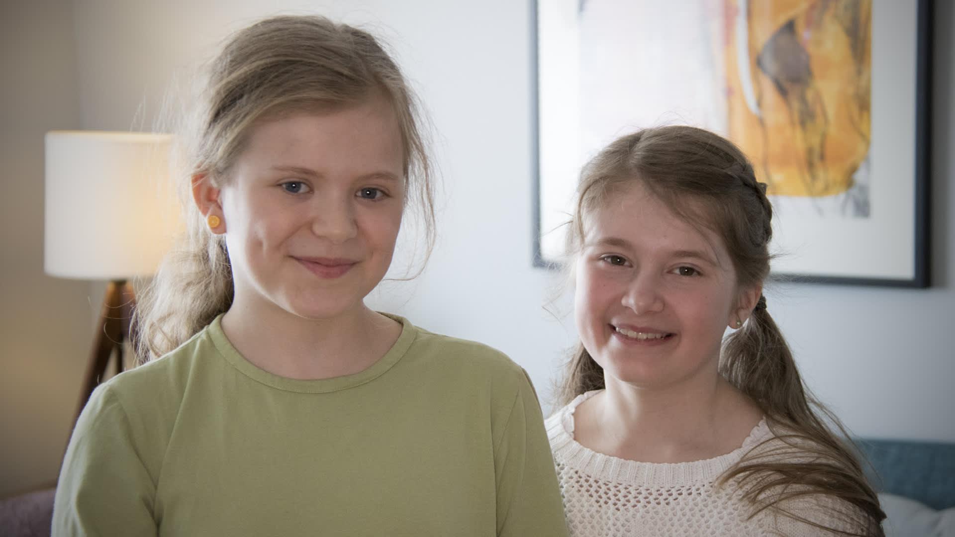 Salakieltä osaavat joensuulaistytöt Emma Albert ja Kerttu Kaihola.