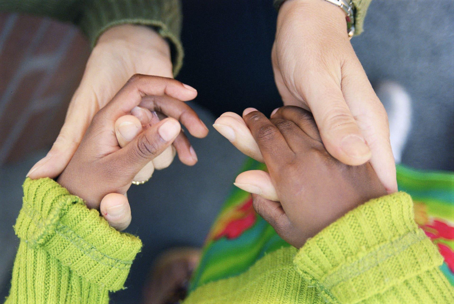 lapsen ja aikuisen kädet