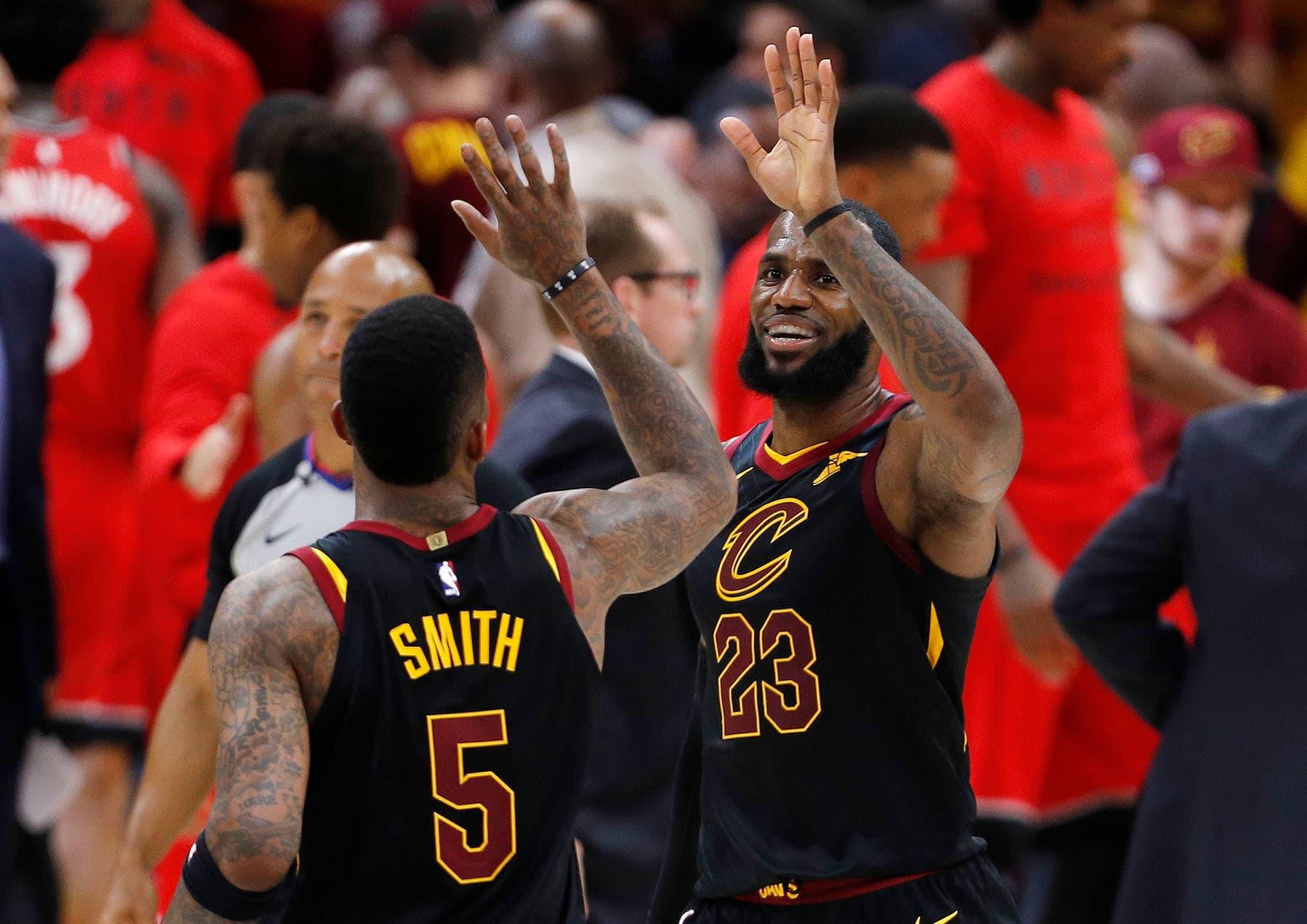 Clevelandin JR Smith ja LeBron James tuulettavat.