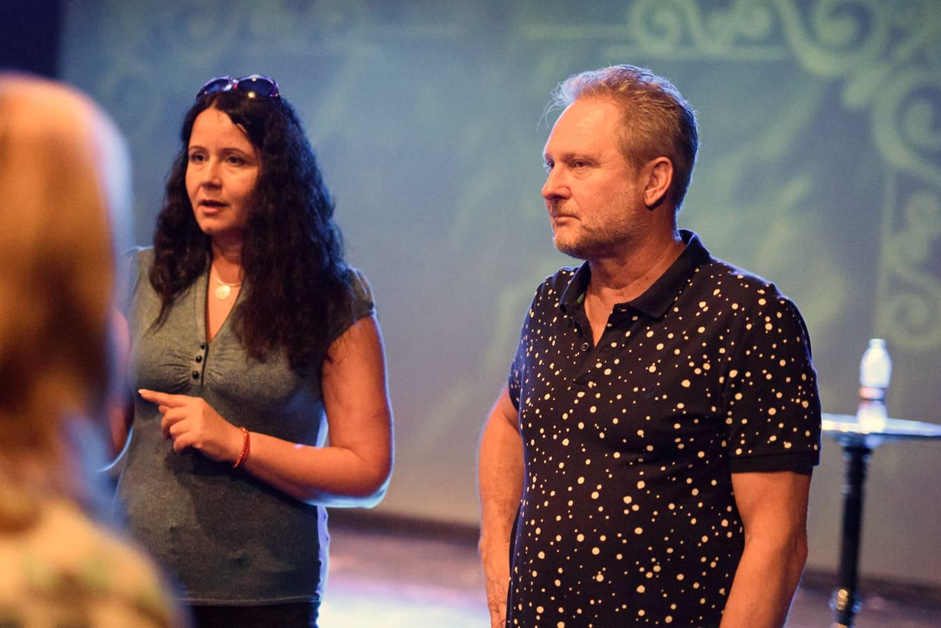 Kuvassa tulkki Eszter Solymár ja unkarilaisen Györin kaupunginteatterin johtaja, ohjaaja Péter Forgács.
