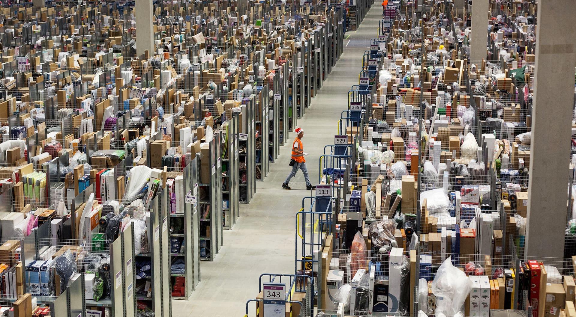 Verkkokauppa Amazonin logistiikkakeskus Saksan Pforzheimissa.