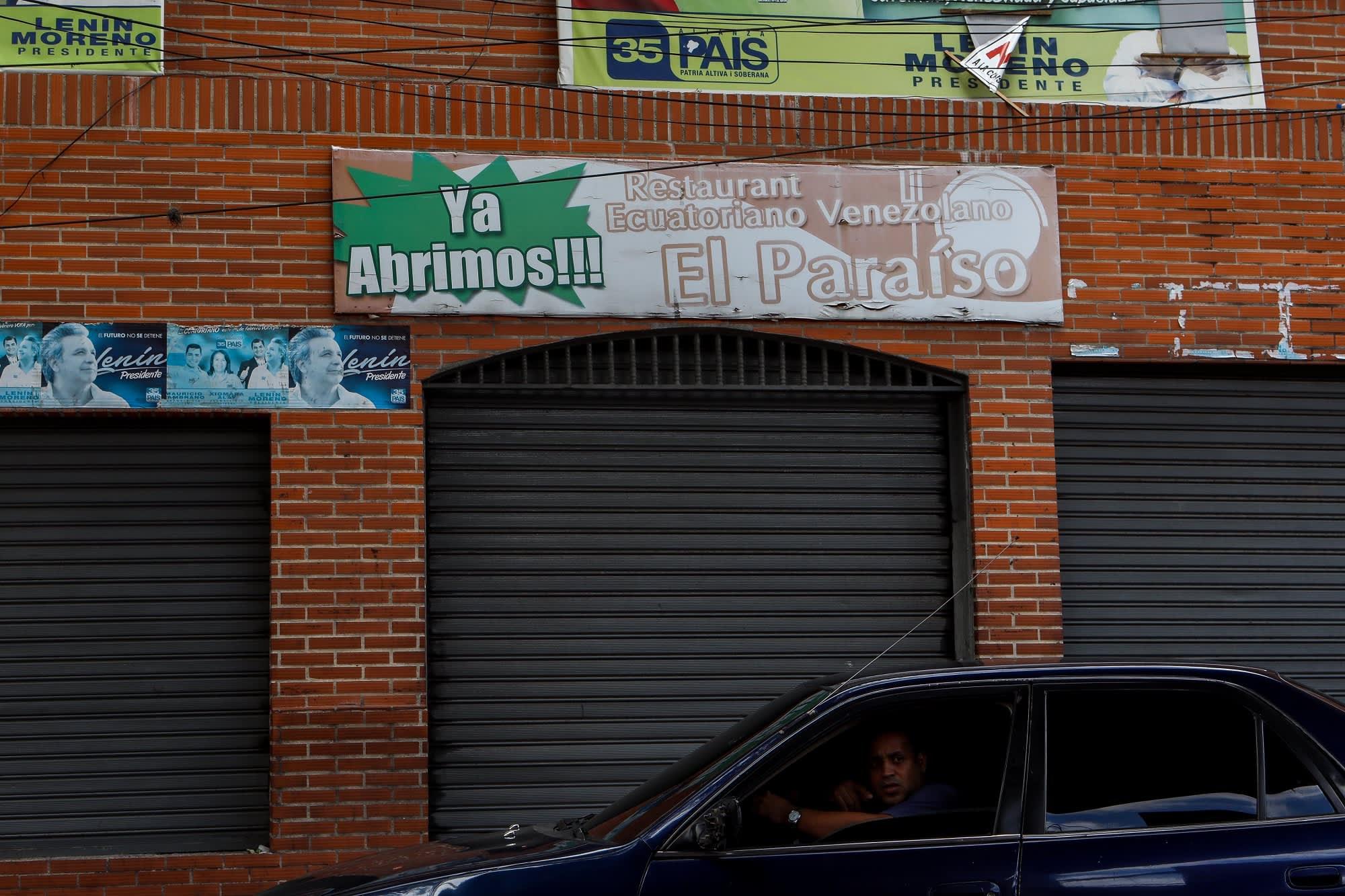 Venezuelan pääkaupungissa sijaitsevan El Paradiso -yökerhon suljetut ovet. Punatiilisen rakennuksen seinässä on yökerhon nimikyltti.