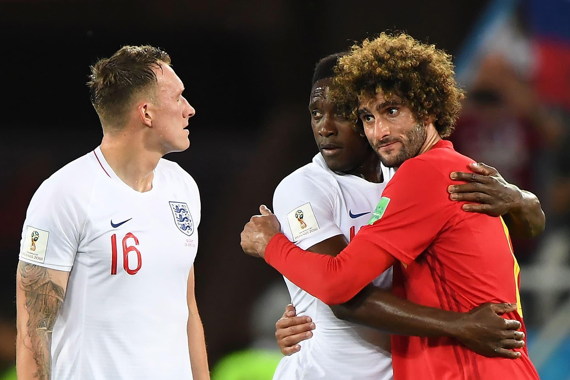 Englannin Danny Welbeck ja Blegian Marouane Fellaini ottelun jälkitunnelmissa.