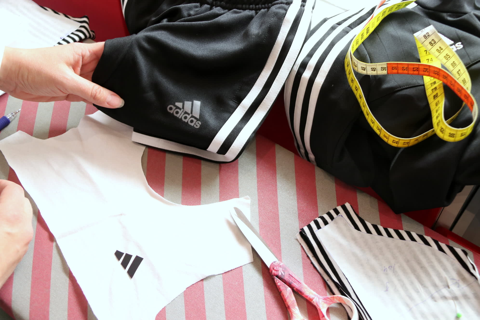 Vaatteita ja vaatteen osia pöydällä
