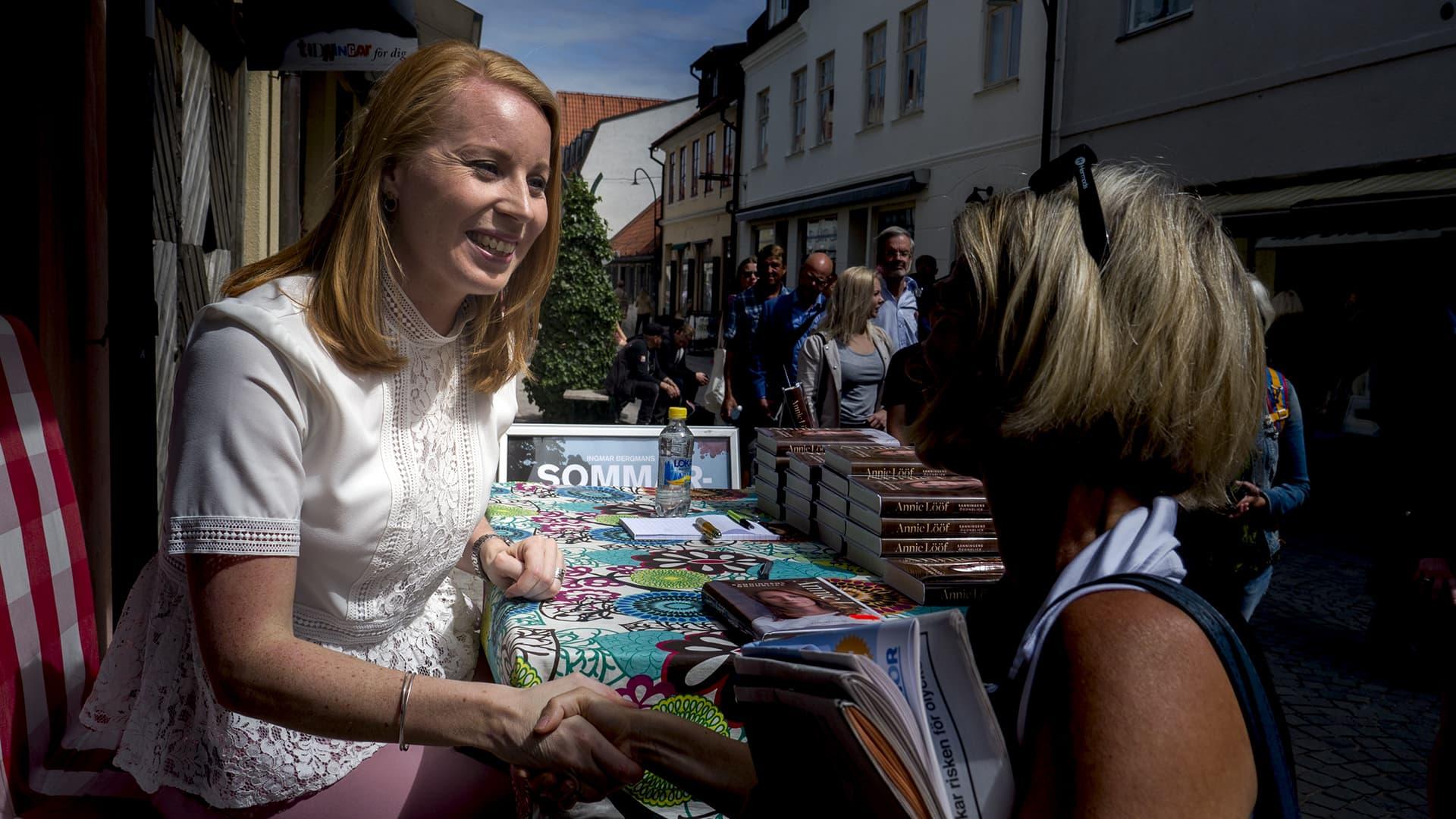 Ruotsin keskustapuolueen puheenjohtaja Annie Lööf signeeraa kirjojaan Visbyssä.
