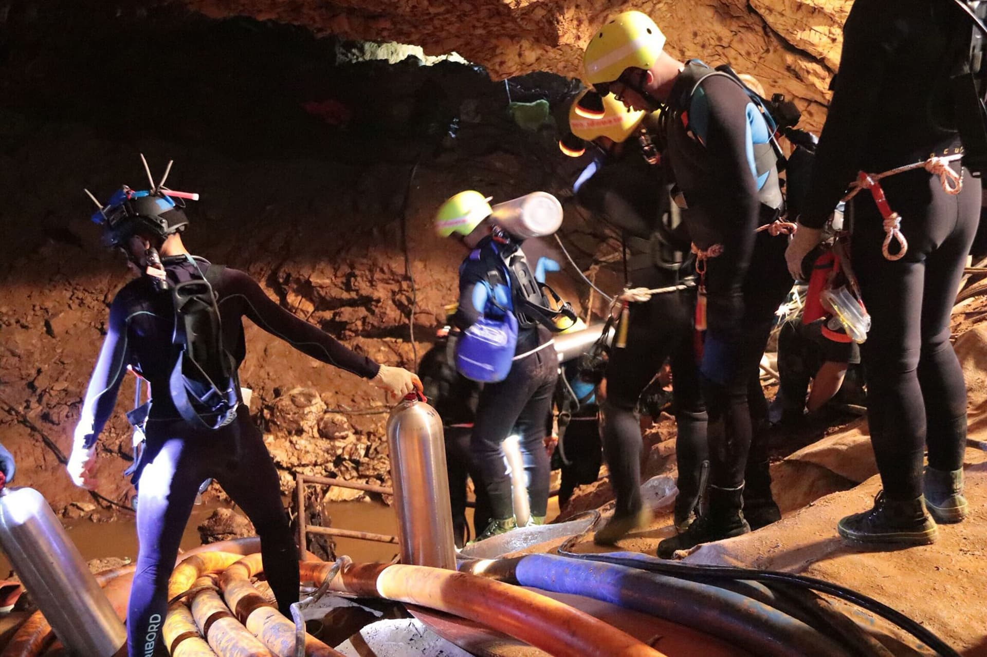 Sukeltajia luolassa.