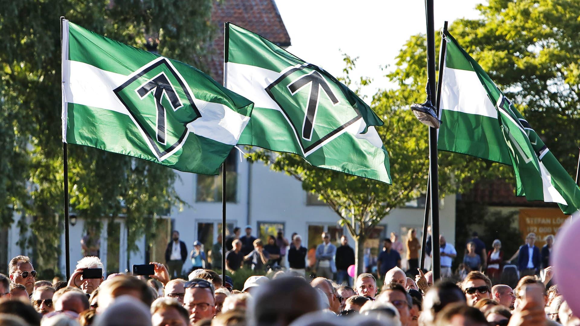 Pohjoismaisen vastarintaliikkeen lippuja.