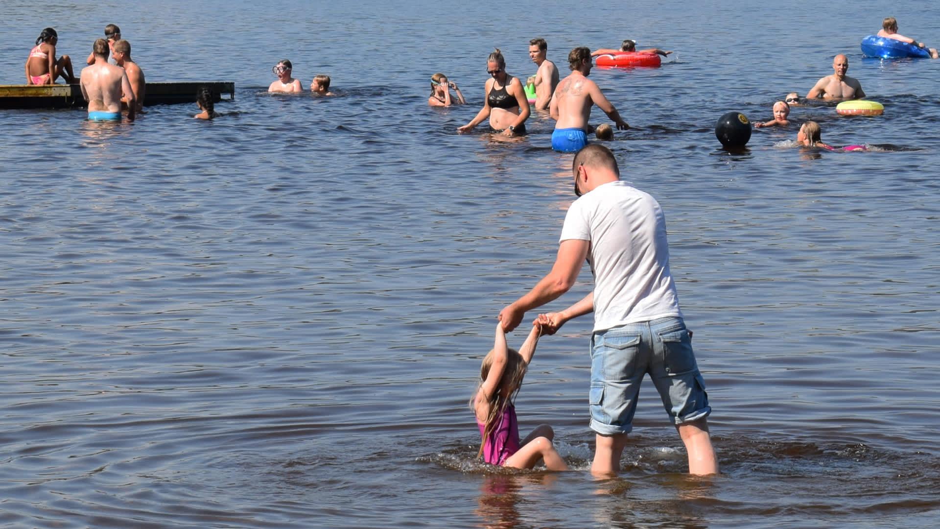Ihmisiä järvessä.