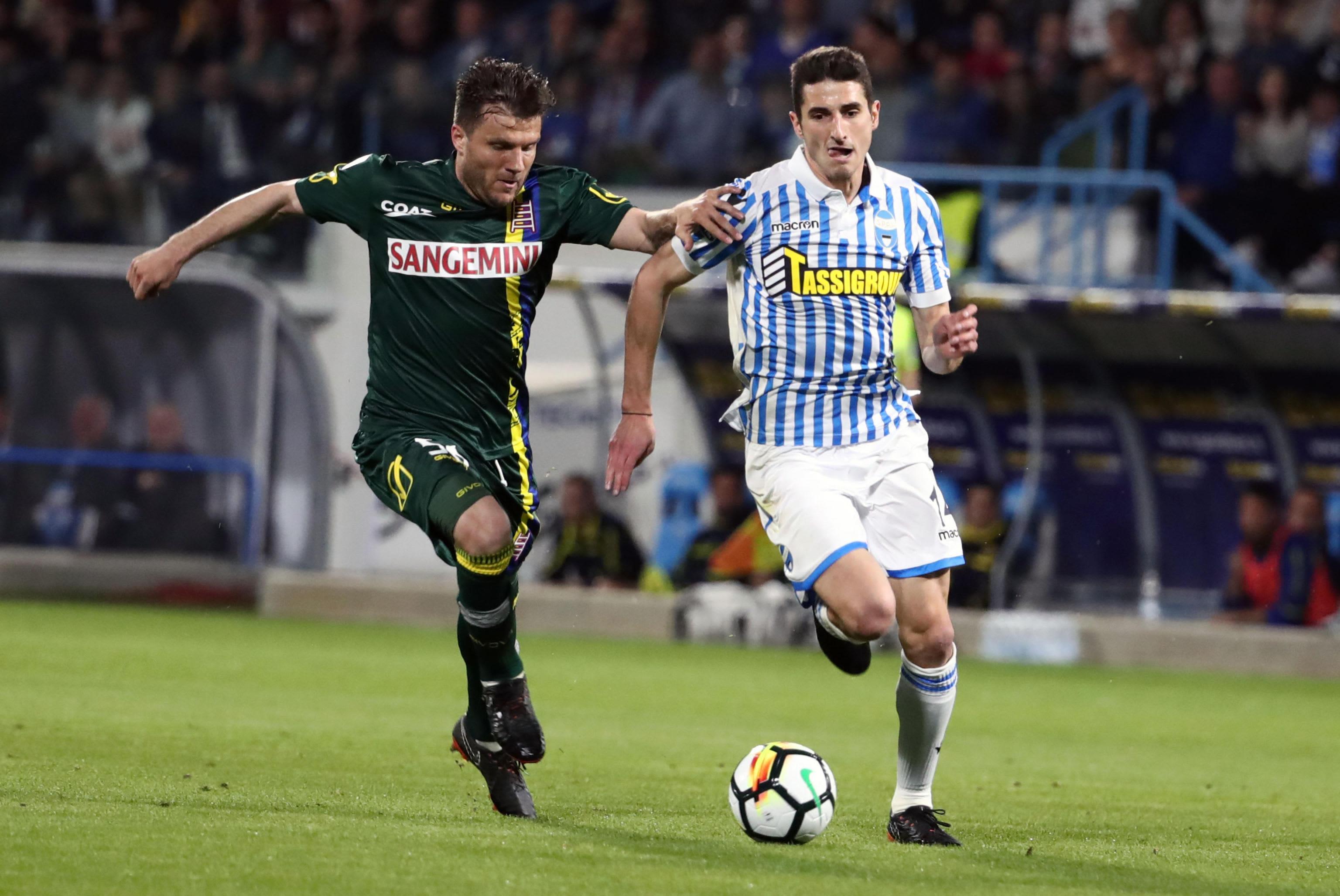Chievon Perparim Hetemaj ja Spalin Federico Mattiello pallon tavoittelussa Serie A -ottelussa.