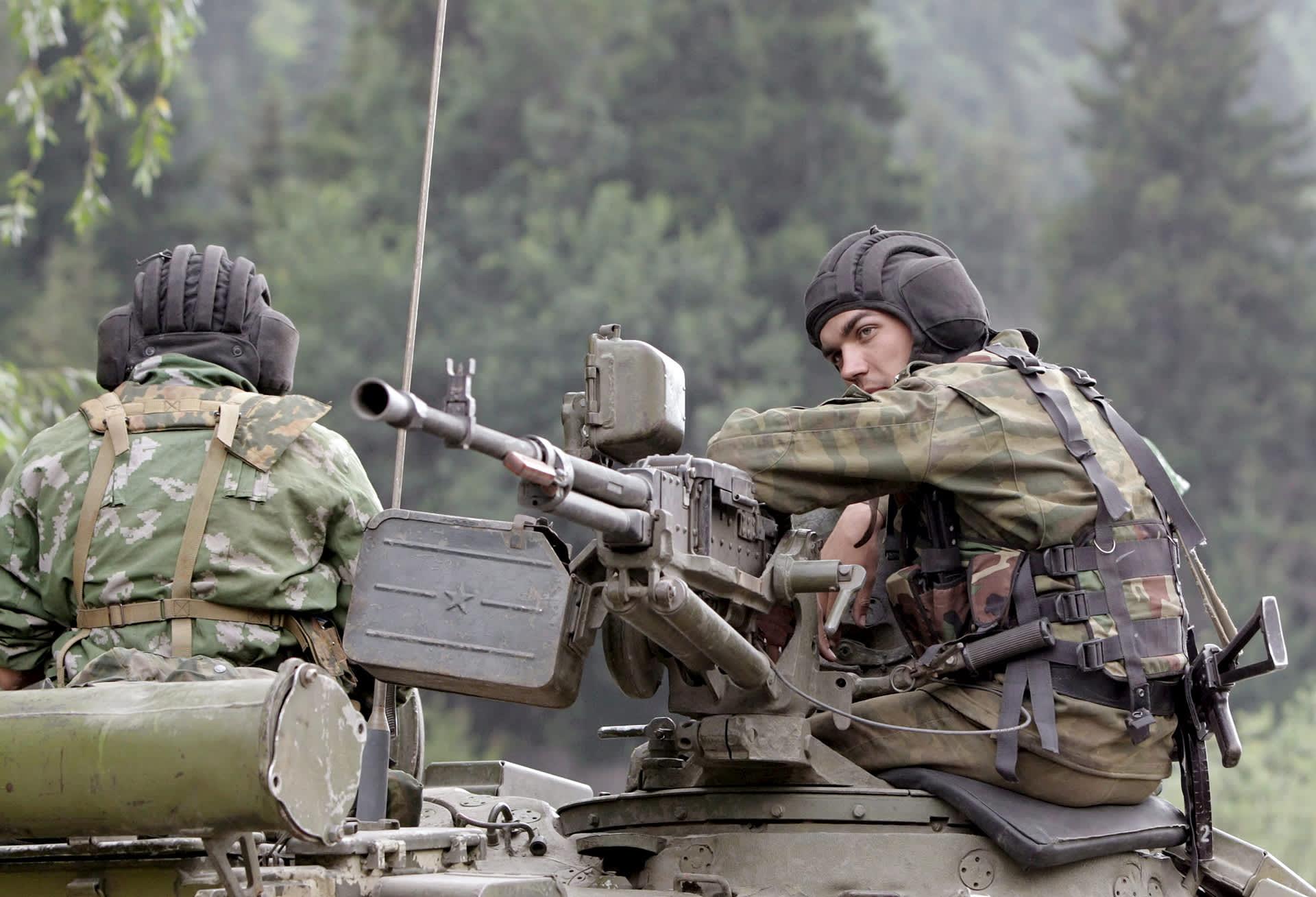 Venäläiset sotilaat istuvat panssarivaunun päällä Tskhinvalissa.