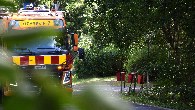 Tiemerkintäauto tekemässä tiemerkintöjä Sattulantiellä Hattulassa.
