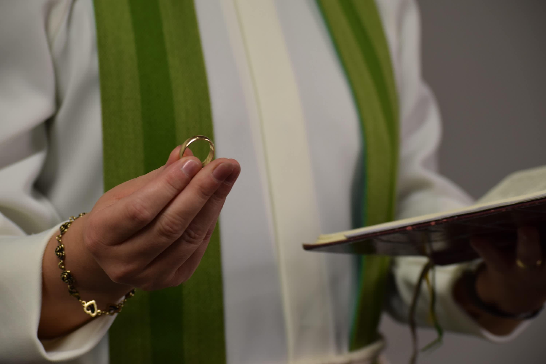 Pappi pitää sormusta kädessään