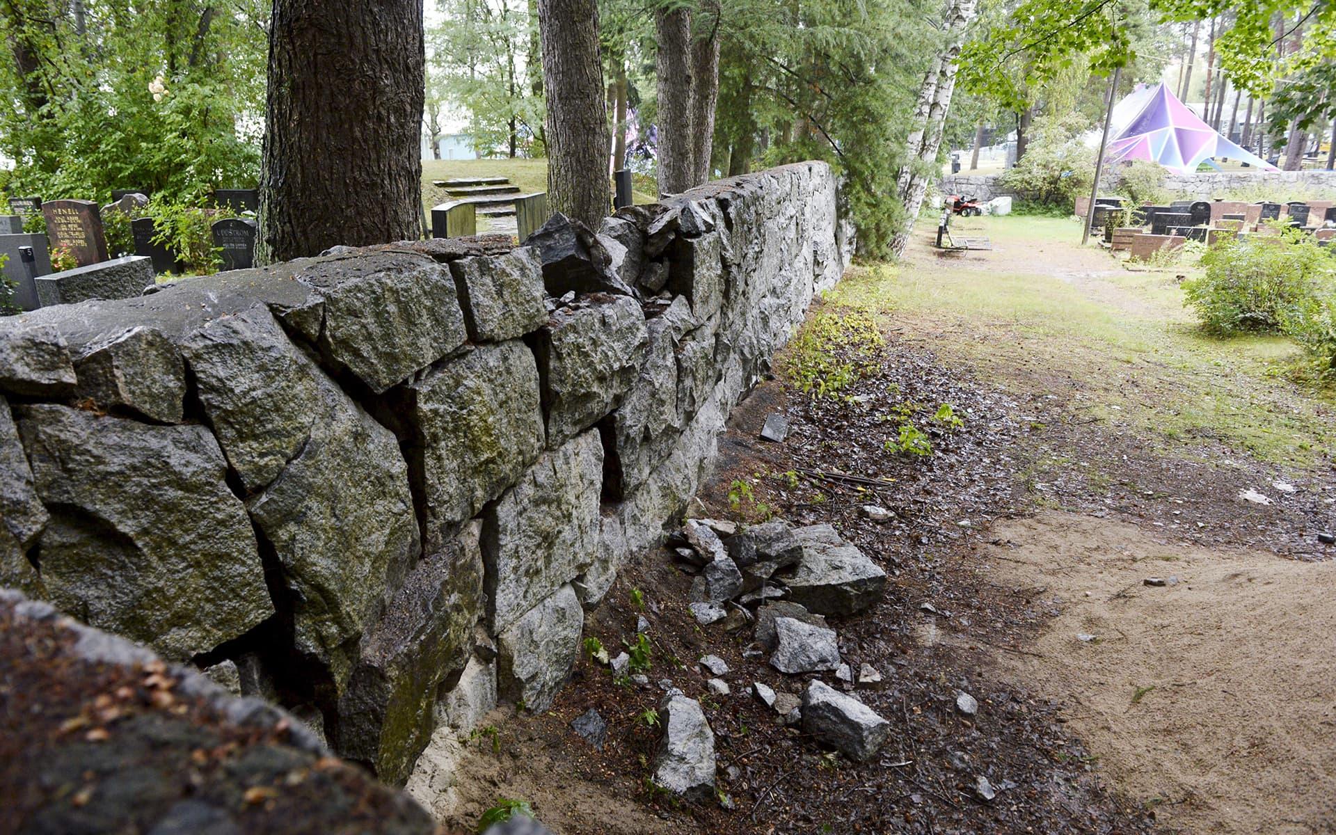 Sortunut muuri Hietaniemen hautausmaalla 20. elokuuta.