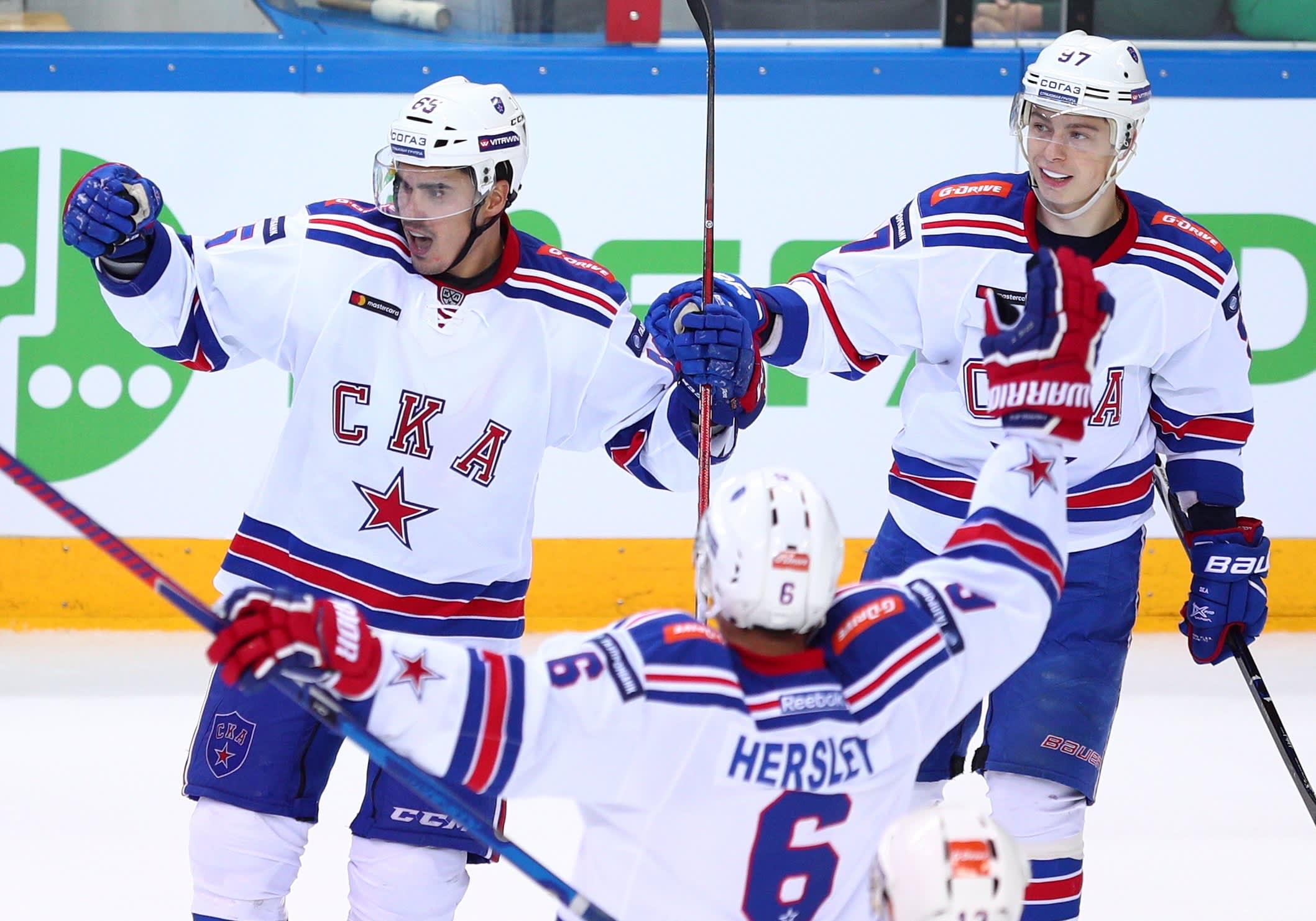 Nail Yakupov (vas.) ja Nikita Gusev (oik.) juhlivat SKA Pietarin kauden 2018-19 avausvoittoa.