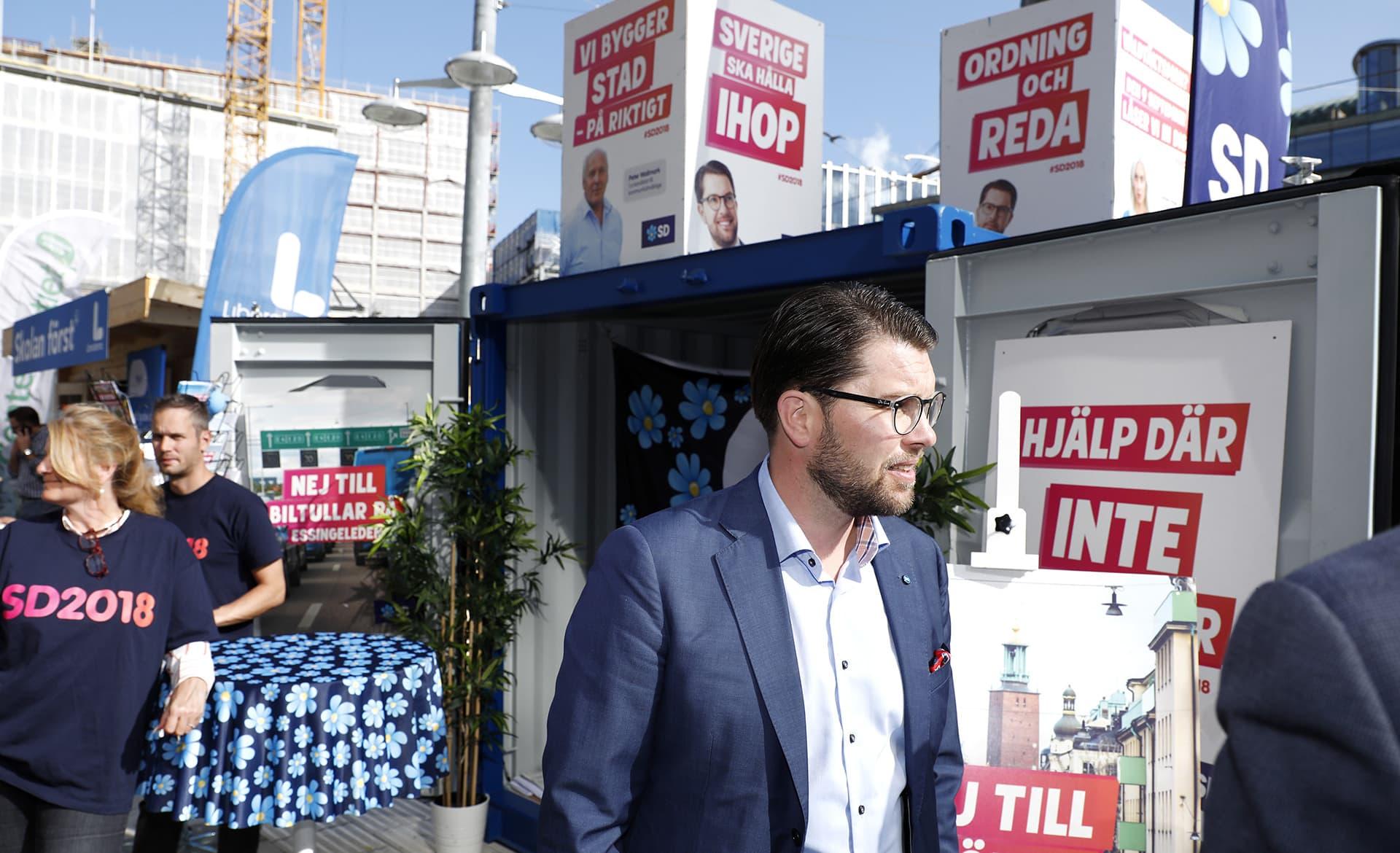 Jimmie Åkesson ruotsidemokraattien kojulla.