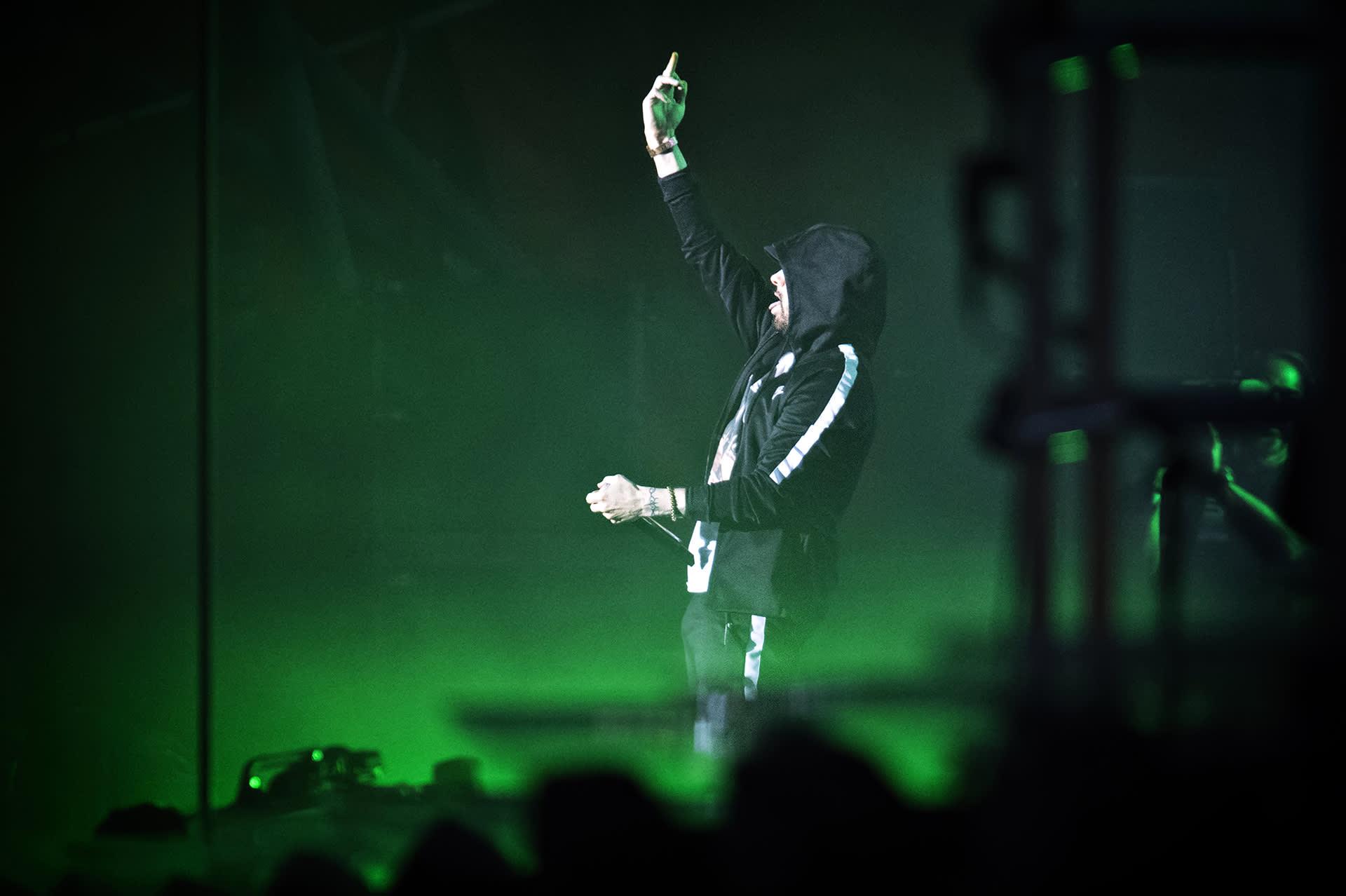 Eminem esiintyy.