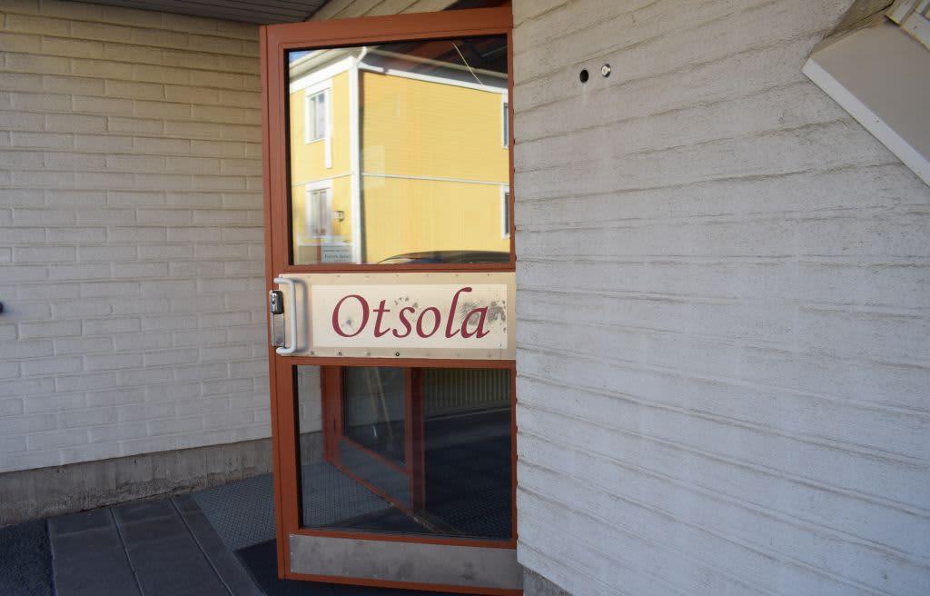 Ovi auki. Ovessa lukee Otsola.