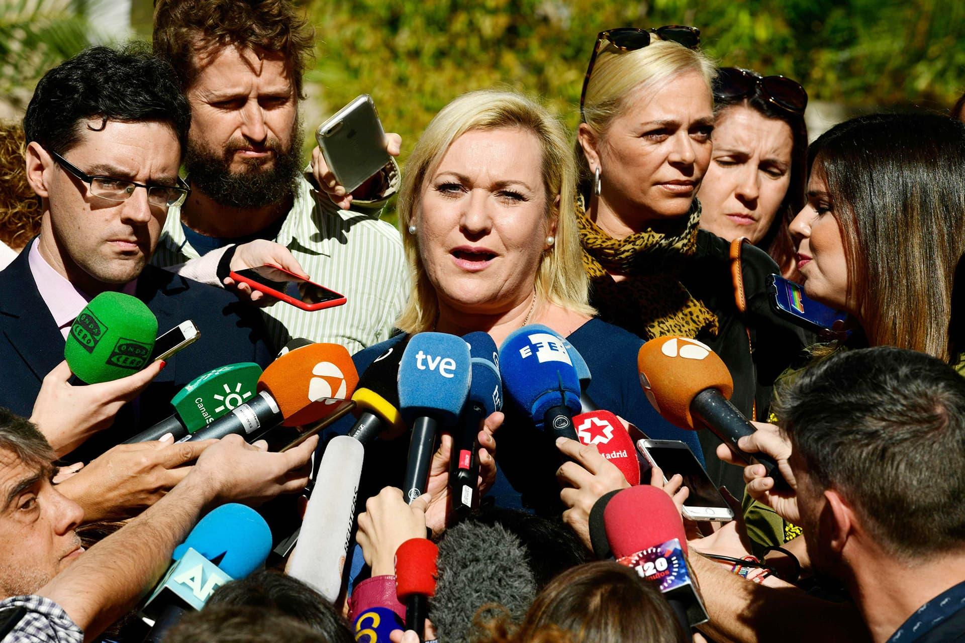 Inés Madrigal puhumassa medialle oikeustalon edustalla Madridissa 8. lokakuuta.