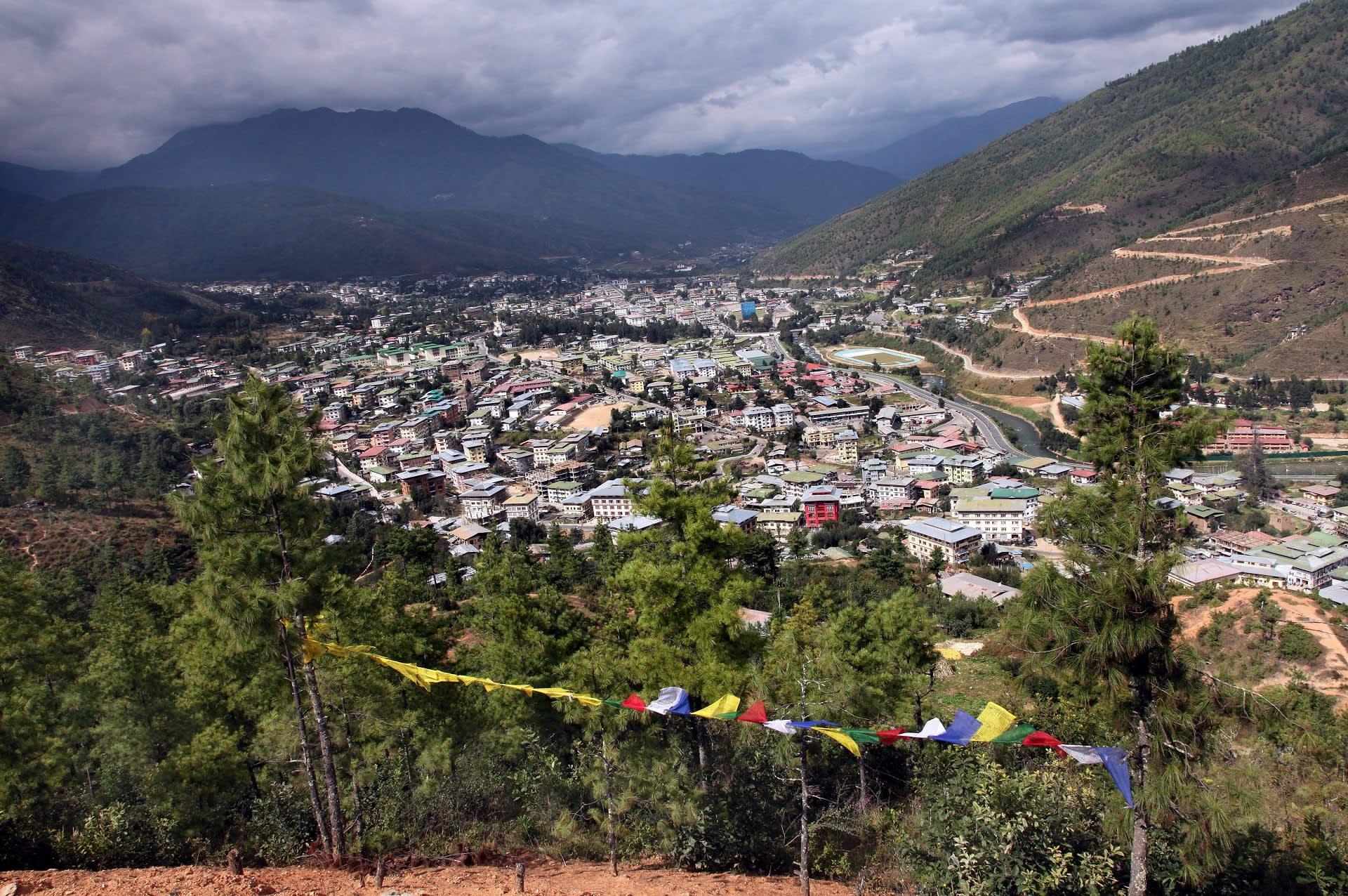 Yleiskuva Bhutanin pääkaupungista Timphusta ja sitä ympäröivistä vuorista.