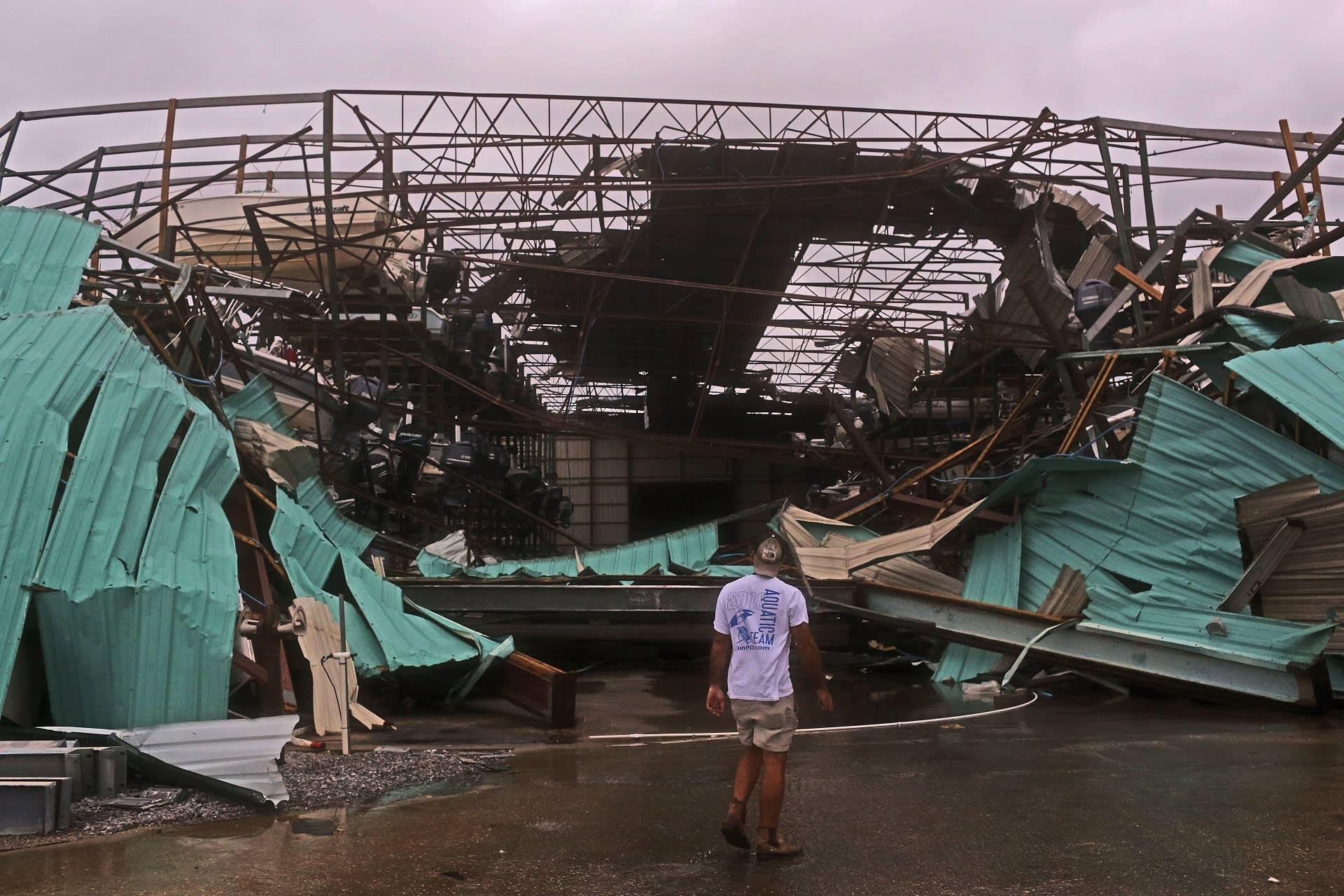 Hurrikaani riepotteli Panama Cityä, rakennuksen katto on lähtenyt kokonaan pois.