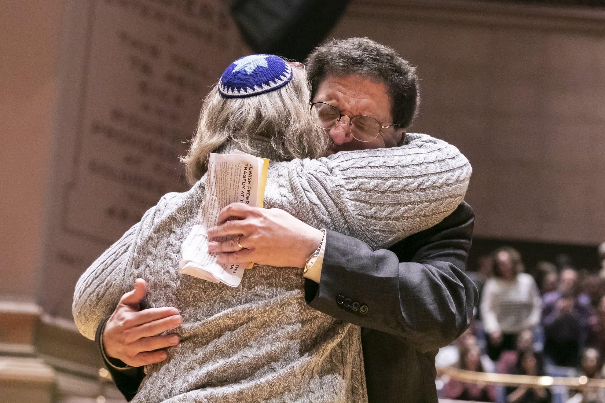 Pittsburghin juutalaisyhteisön jäsenet surivat synagogaiskun uhreja 28. lokakuuta 2018.