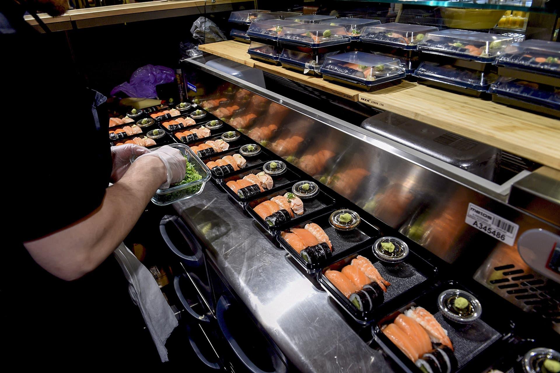 ravintolassa valmistetaan sushia