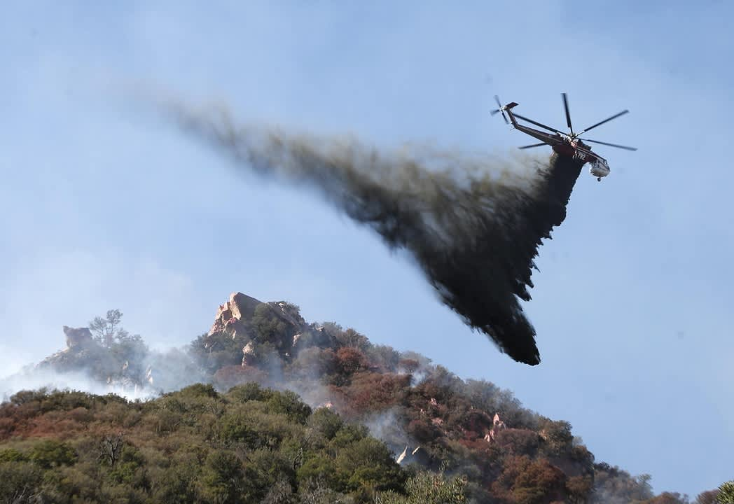 Helikopteri puhdottaa vettä.