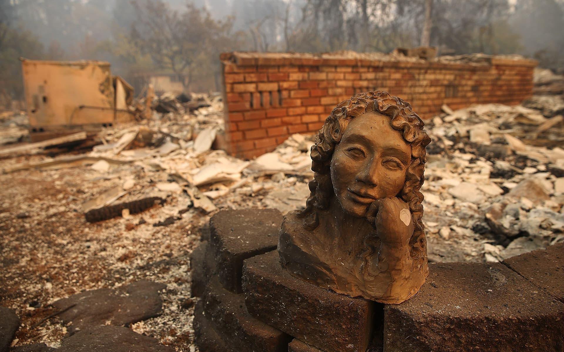 Maastopaloissa tuhoutuneiden kotien raunioita Paradisessa, Kaliforniassa.