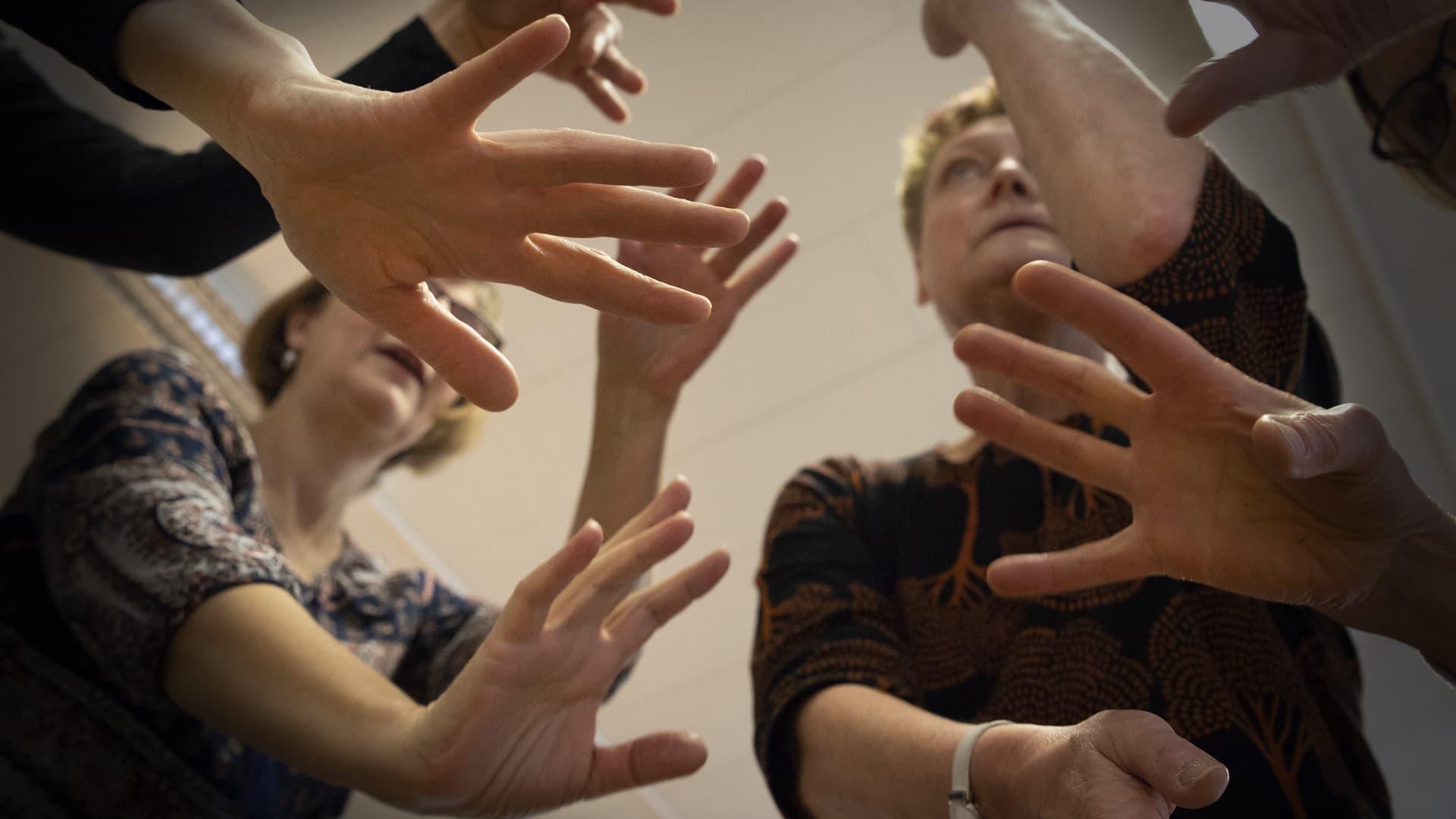 Tanssiterapeuttien kädet tanssivat.