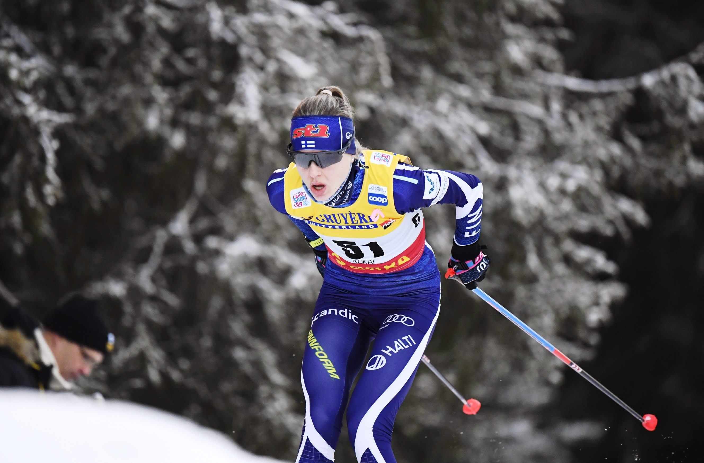 Eveliina Piippo hiihtää Roosa-nauha kilpaliivissään.