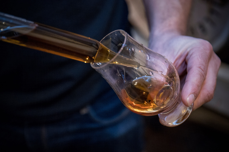 Viskiä laitetaan pipetillä lasiin
