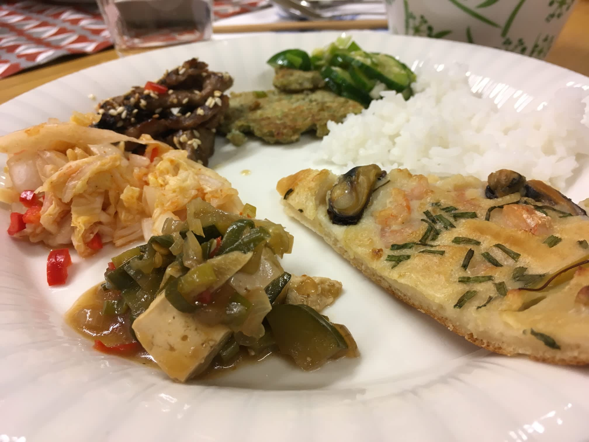 Korealaista ruokaa lautasella.