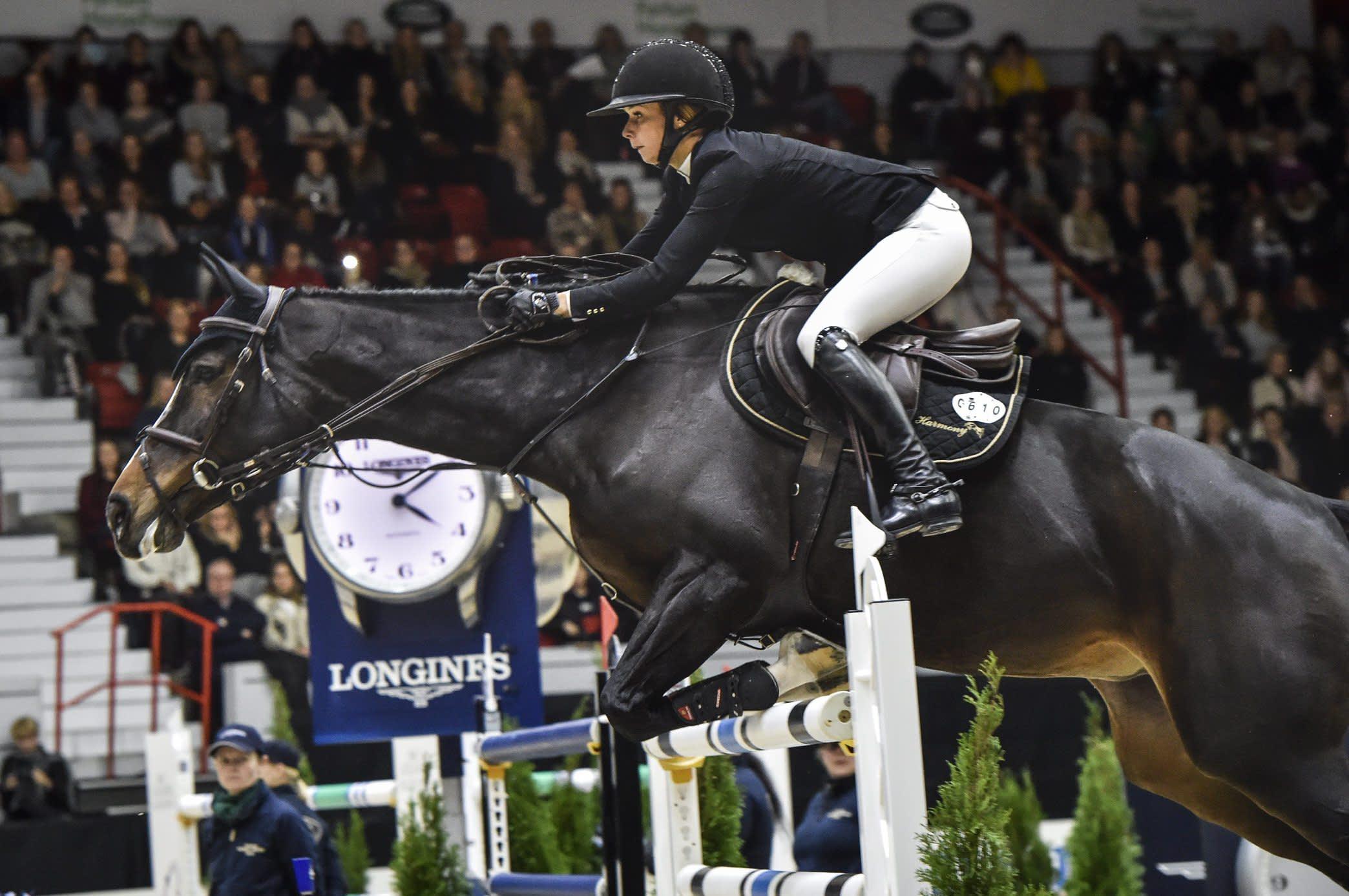 Anna-Julia Kontio kilpailemassa Team Harmonyn hevosella Ornellaialla vuoden 2018 Helsinki Horse Show'ssa.