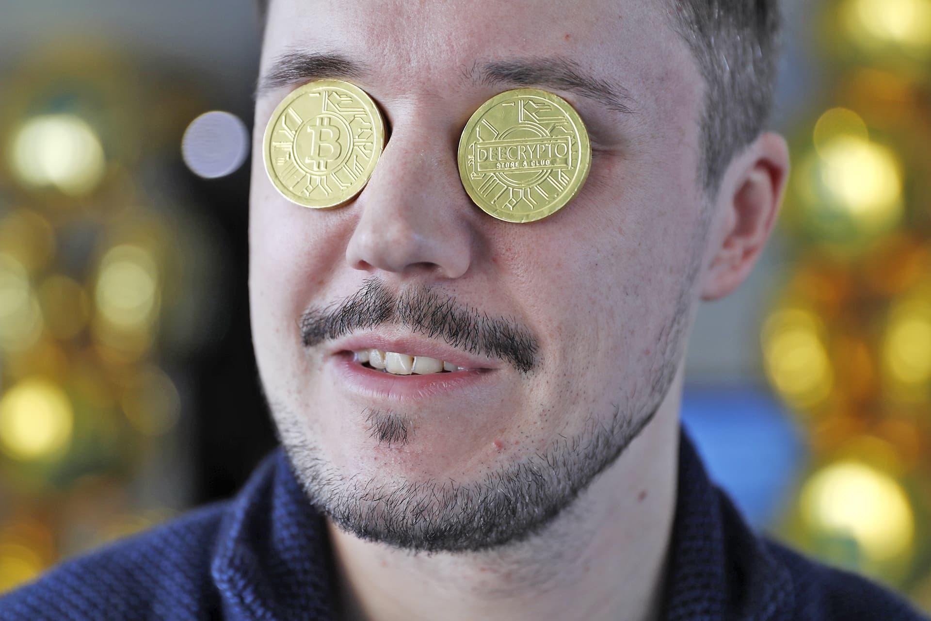 Bitcoin -kolikot miehen silmien päällä.
