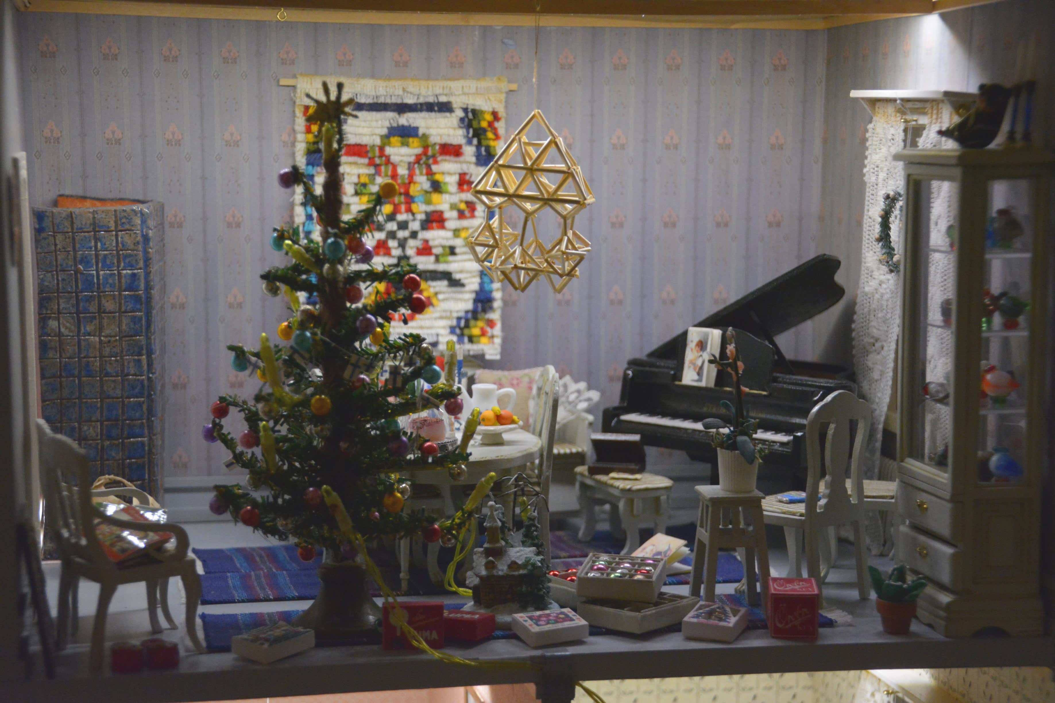 Joulukuusella ja koristeilla sisustettu nukkekodin huone