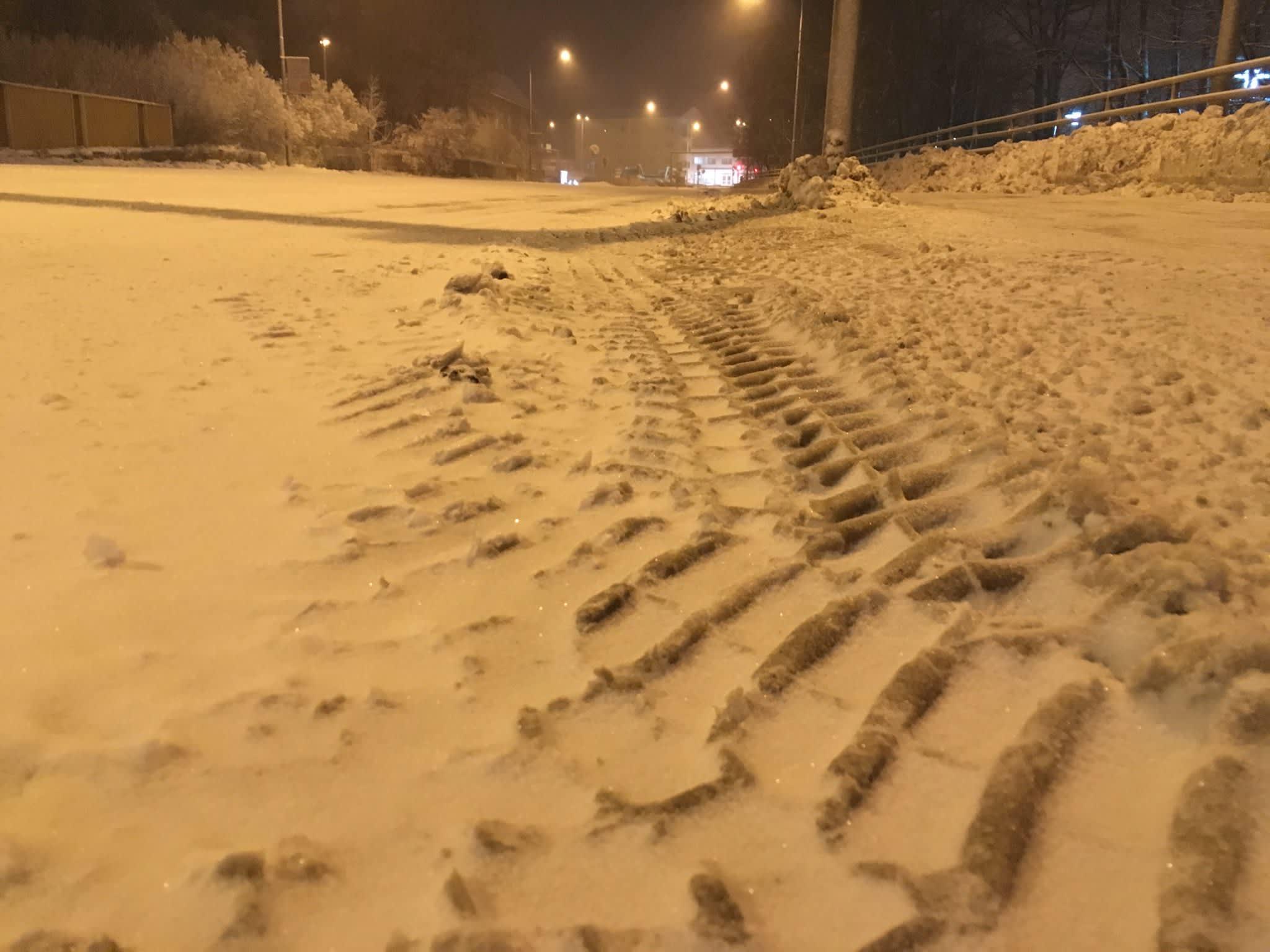 Lumista kadunpintaa aamuöisessä Epilässä Tampereella.
