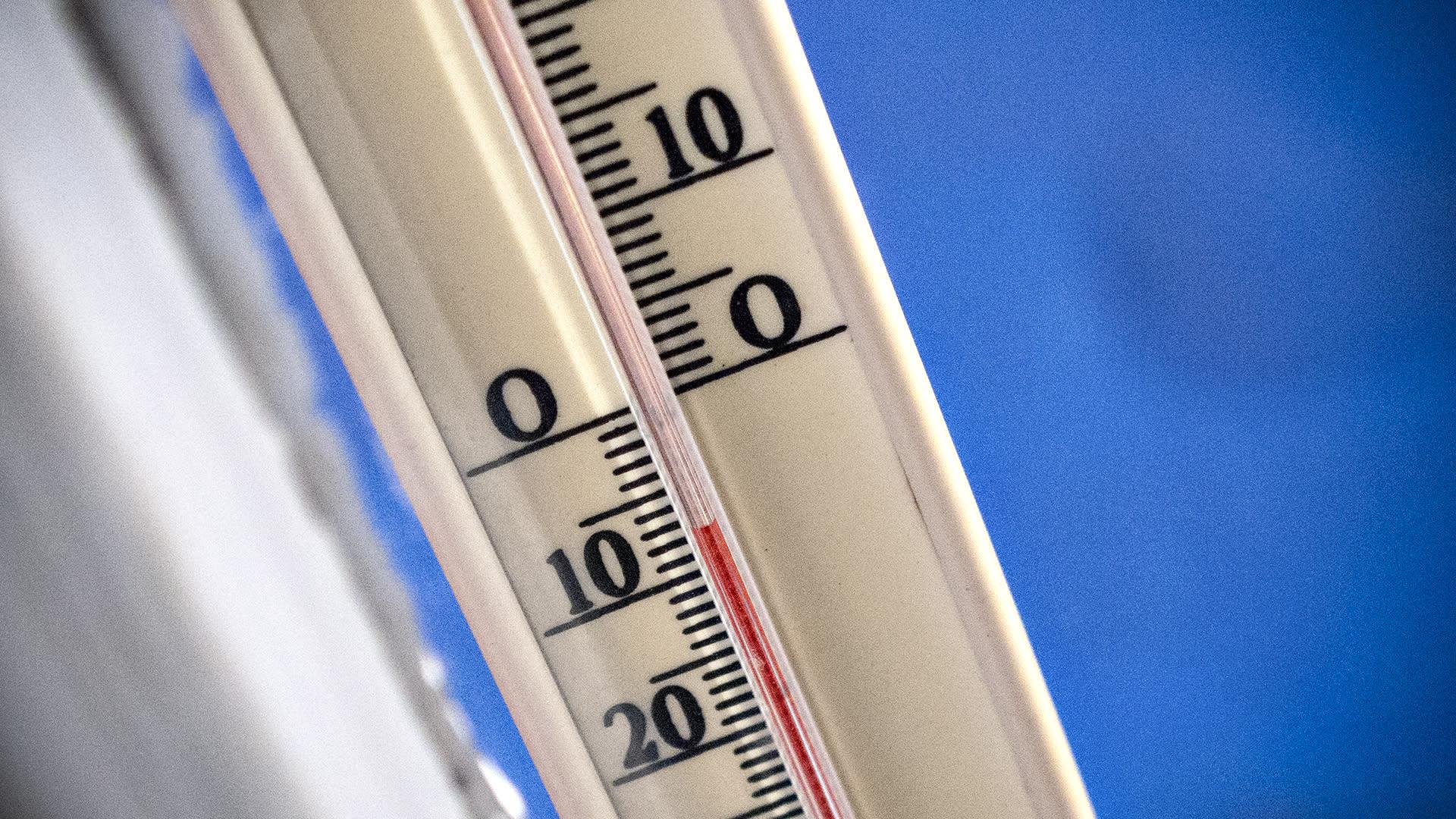Lämpömittari näyttää seitsemää astetta pakkasta.