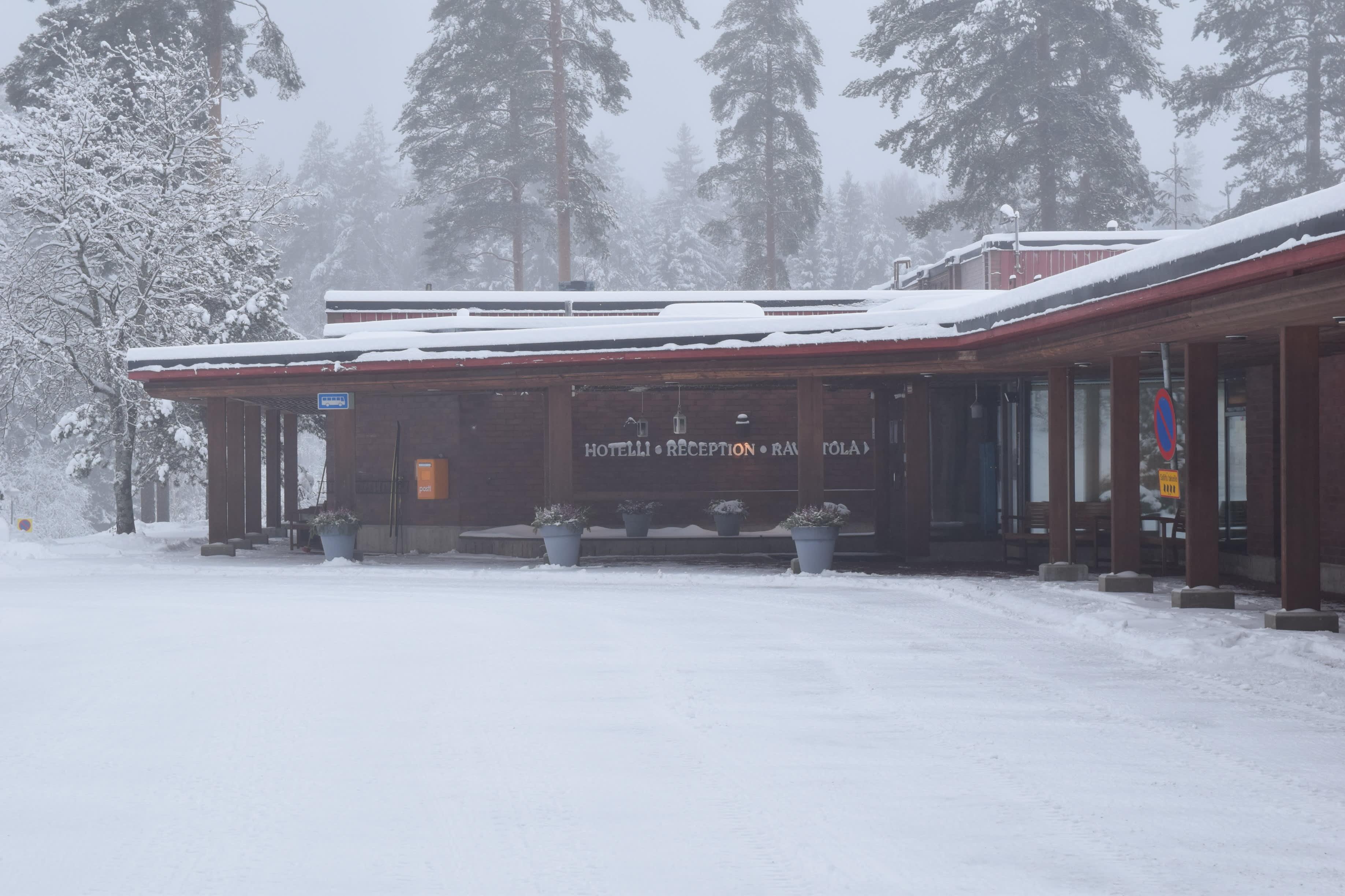 Talvinen ulkokuva hotelli Keurusselästä