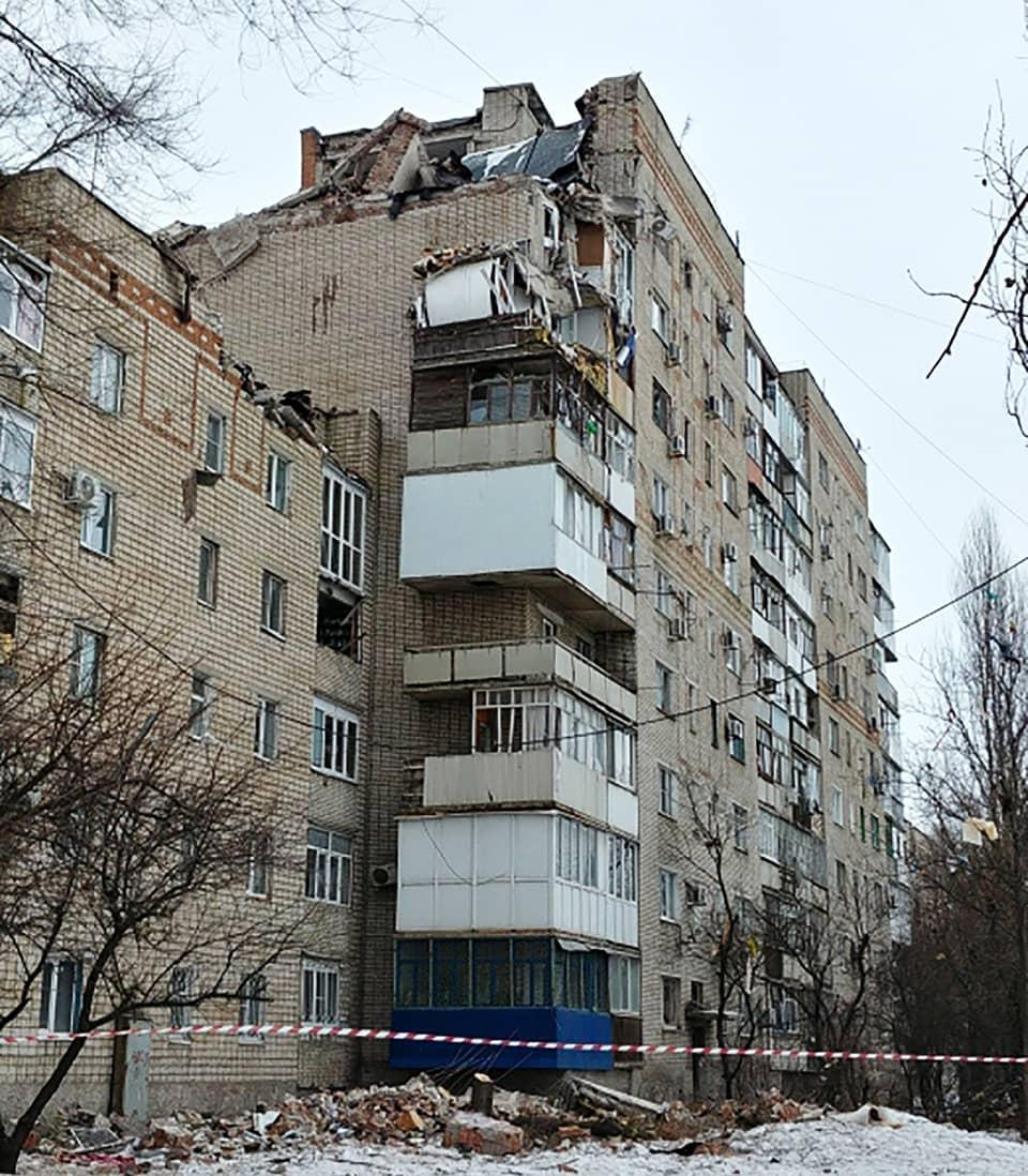 Kaasuräjähdyksessä vaurioitunut kerrostalo Šahtyn kaupungissa Venäjällä.