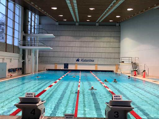 Ihmiset uivat uimahallissa